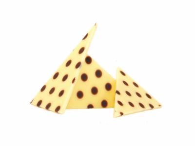 קישוט שוקולד משולשים נקודות לבן מריר – 100 גרם (איסוף עצמי בלבד)